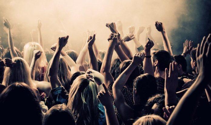 Jovens adorando a Deus