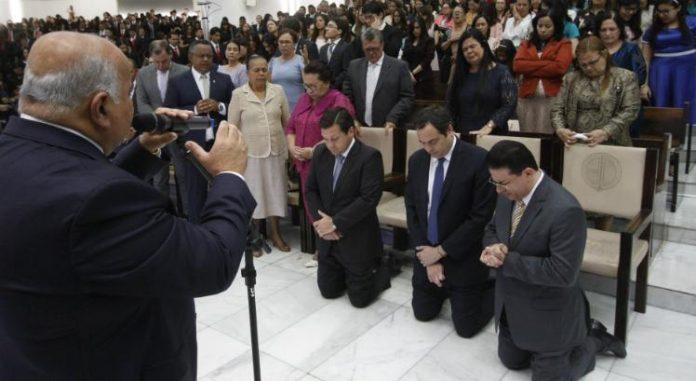 Governador de Pernambuco, Paulo Câmara, de joelhos recebendo oração do líder da Assembleia de Deus em Pernambuco, Pastor Aílton José