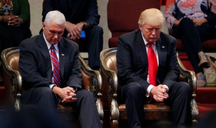 Donald Trump e Mike Pence em momento de oração