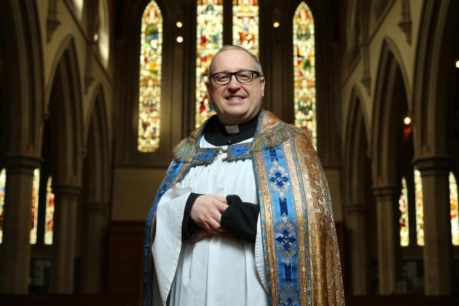 Padre Kelvin Holdsworth é gay assumido e ativista do movimento LGBT