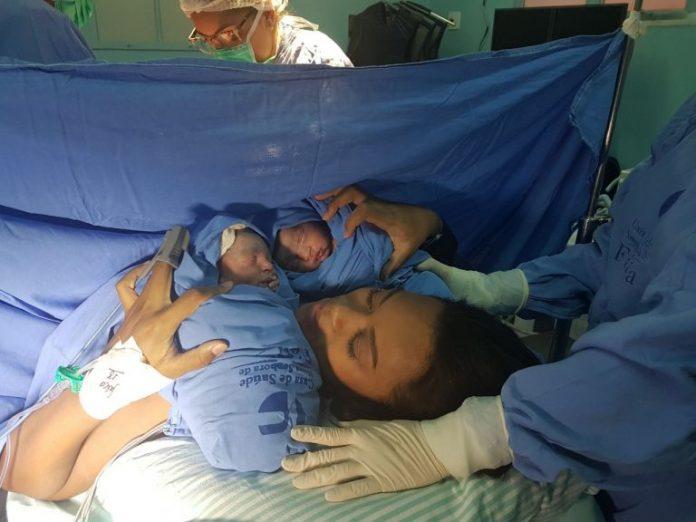 Cantora Elaine Martins com os gêmeos João e Joabe logo após o parto