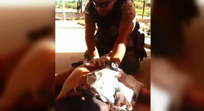 Policial faz oração por vítima ferida na cidade de Palmares, Zona da Mata Sul de Pernambuco