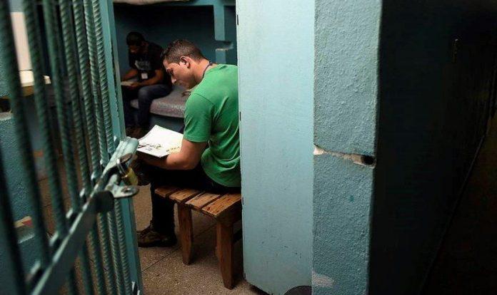 Presidiário lendo a Bìblia