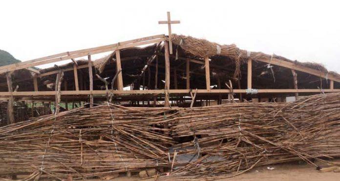 Igreja em campo de refugiados em Camarões