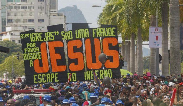 Grupo faz evangelismo durante desfile de bloco de carnaval no Rio