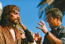 """Jim Caviezel, no papel de Jesus e Mel Gibson, diretor do filme """"A Paixão de Cristo"""" de 2004"""