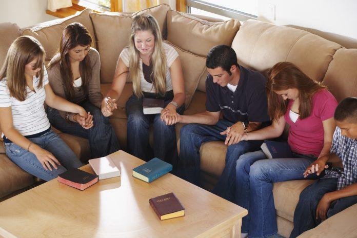 Jovens cristãos orando
