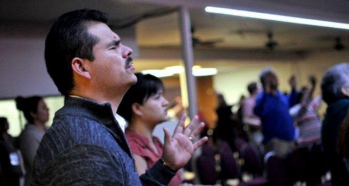 Cristãos em culto no México