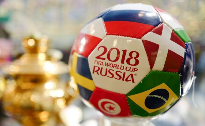 Bola da Copa do Mundo da Rússia com as bandeiras dos países