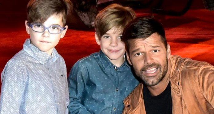 Cantor gay Rick Martin e seus dois filhos adotados