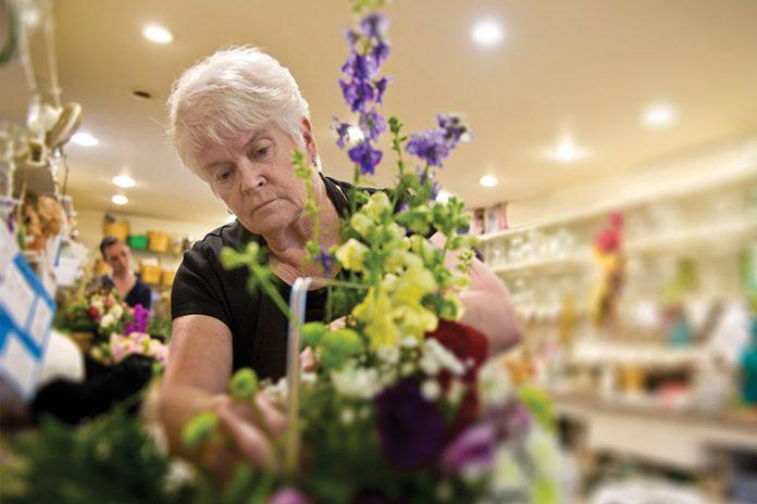 Barronelle Stutzman, dona da Arlene's Flowers, está sendo processada por se recusar a criar arranjos florais para um casamento entre pessoas do mesmo sexo.