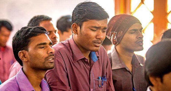 Cristãos orando na Índia