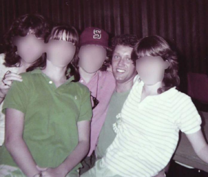 Pastor John Finley posa com jovens membros da Igreja Batista Travis Avenue em Fort Worth, Texas, nos anos 80