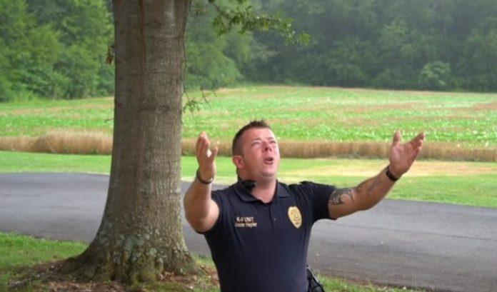 Policial Jason Hepler emocina nas redes sociais cantando a canção