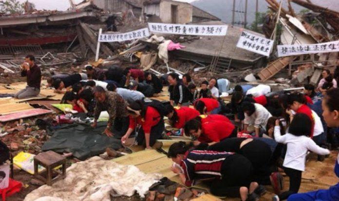 Cristãos louvam em meio a destruição de mais uma igreja pelo governo da China