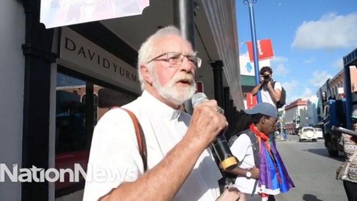 O padre Clifford Hall, disse, durante parada gay, que a Bíblia é um livro de palavras bobas