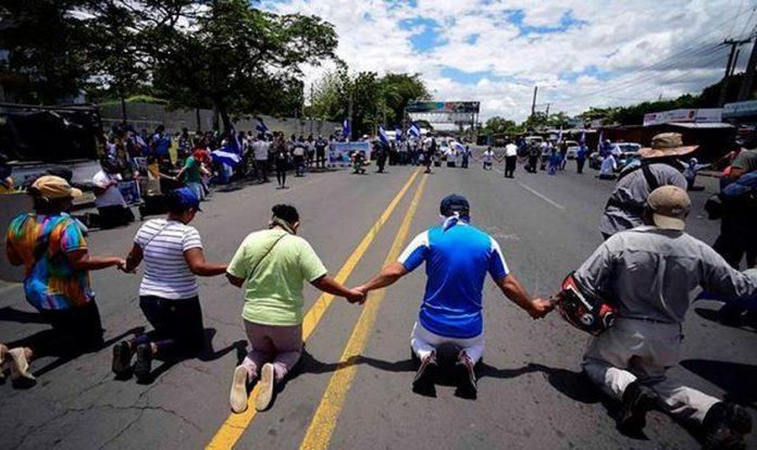 Cristãos de joelhos na rua na Nicarágua