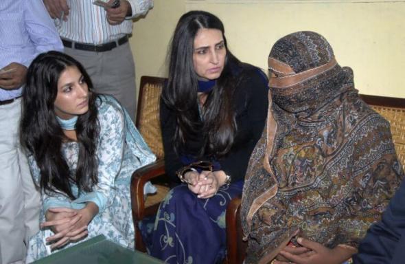 Asia Bibi (D) foi sentenciada à execução em 2010 após ser acusada por seus ex-colegas de blasfemar contra o profeta Maomé.