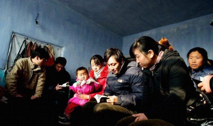 Cristãos lendo a Bíblia na Coreia do Norte