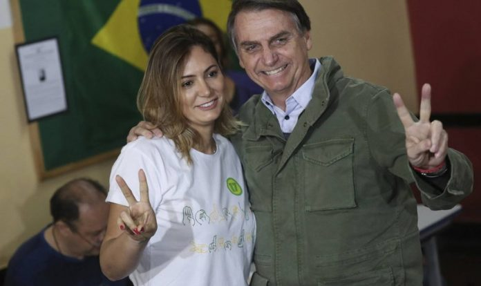 Michelle Bolsonaro ao lado do marido, o presidente eleito do Brasil, Jair Bolsonaro. (Foto: Ricardo Moraes/AP)