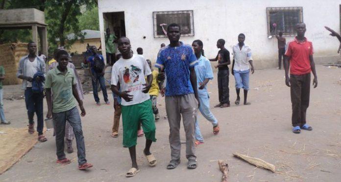Alunos cristãos deslocados em escola no Camarões (foto representativa)