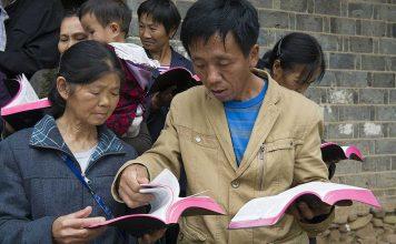 China: pessoas com Bíblias
