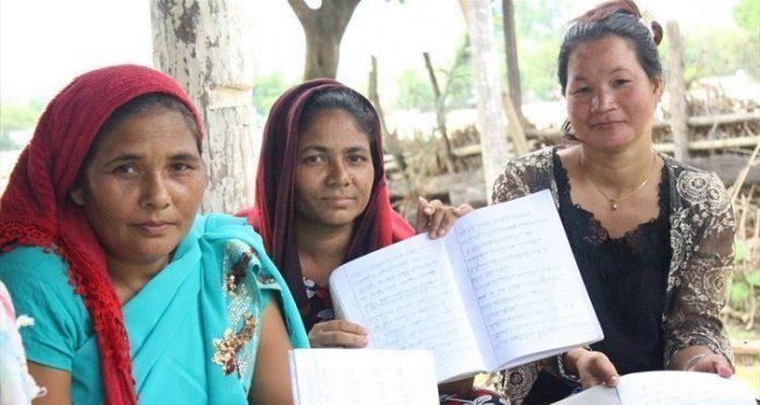 Cristãs perseguidas participantes do projeto de alfabetização da Portas Abertas no Nepal