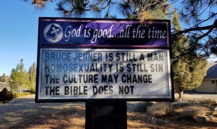 Letreiro da placa em frente à igreja dizia: