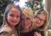 Natalie Grant posa para uma foto de Natal com as filhas gêmeas Grace e Isabella (Foto: Instagram / Natalie Grant)
