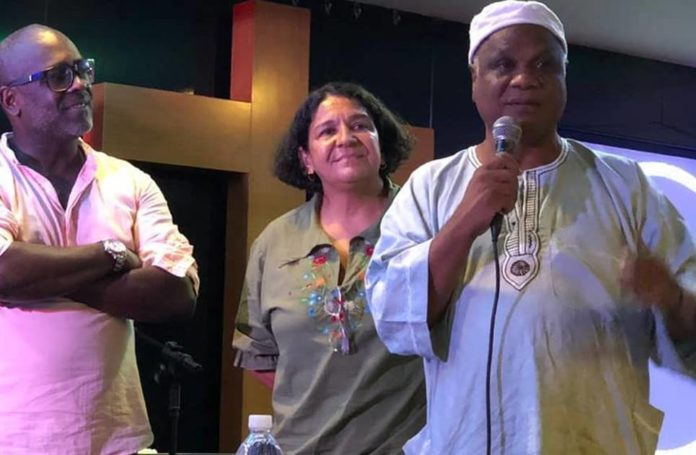 O pastor e cantor gospel Kleber Lucas recebe o líder do candomblé, Ivanir dos Santos, na sua igreja