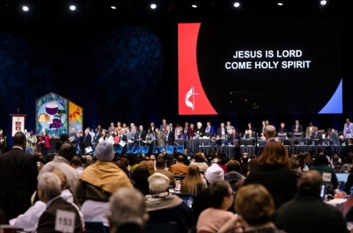 Vista do palco durante a sessão especial da Igreja Metodista Unida dos EUA, em St. Louis, Missouri