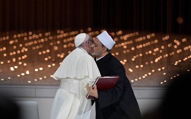 Papa Francisco e o imã Ahmed al-Tayeb assinaram promessa de esforços das duas religiões para 'lutar contra o extremismo'