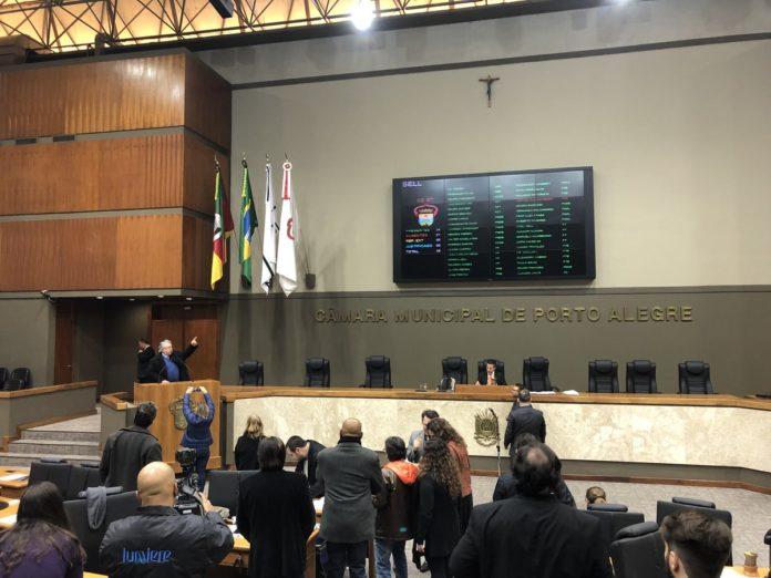 Câmara de Vereadores de Porto Alegre tem um crucifixo acima do painel eletrônico