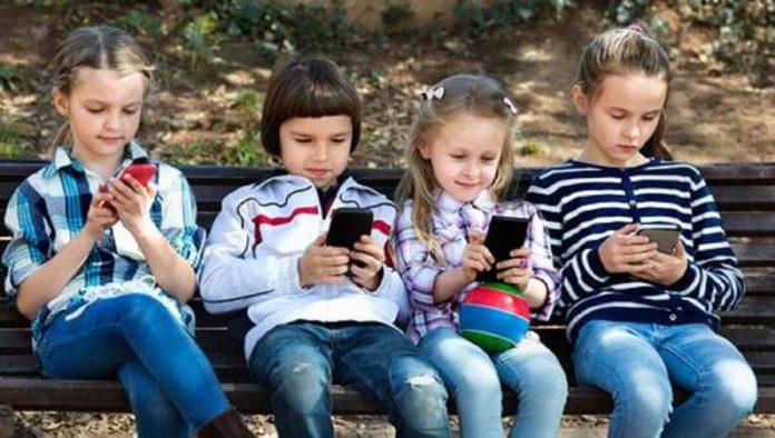 Crianças usando smartphones