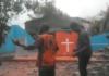 Cristãos louvam diante de igreja destruída por ciclone, em Moçambique