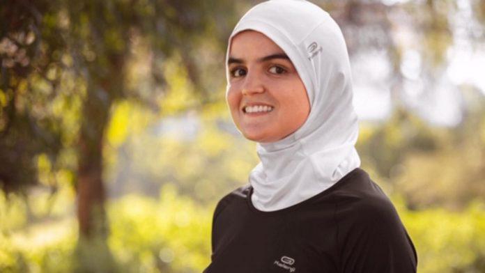 Atleta usando hijab da Decathlon
