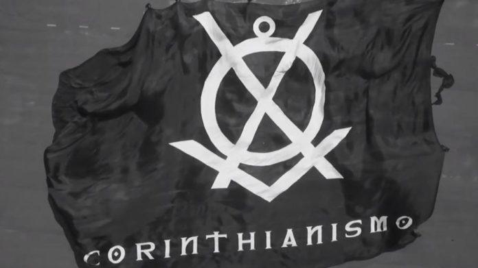 Bandeirão confeccionado para exaltar o