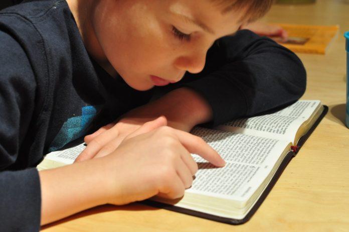 Criança lendo a Bíblia