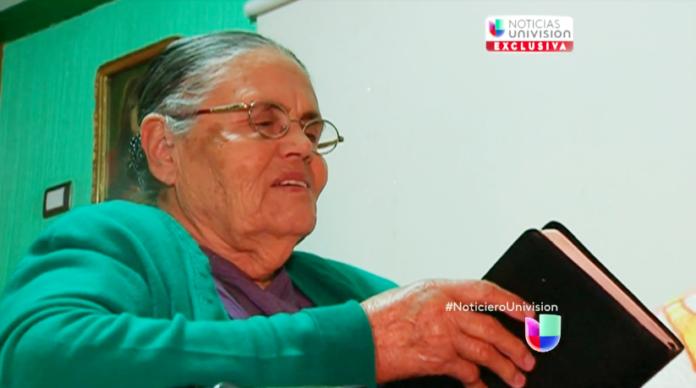 María Consuelo Loera Pérez, hoje com 90 anos, não desistiu de orar por seu filho, El Chapo. (Foto: Reprodução/Univision)