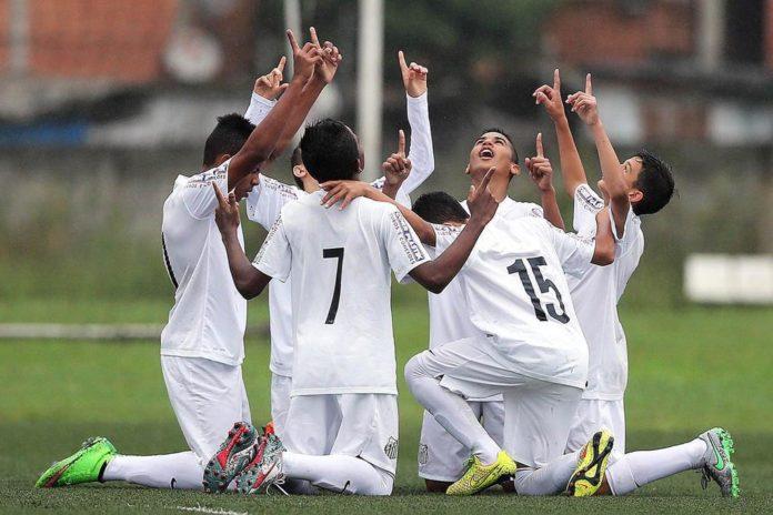 Jogadores comemoram o gol agradecendo a Deus