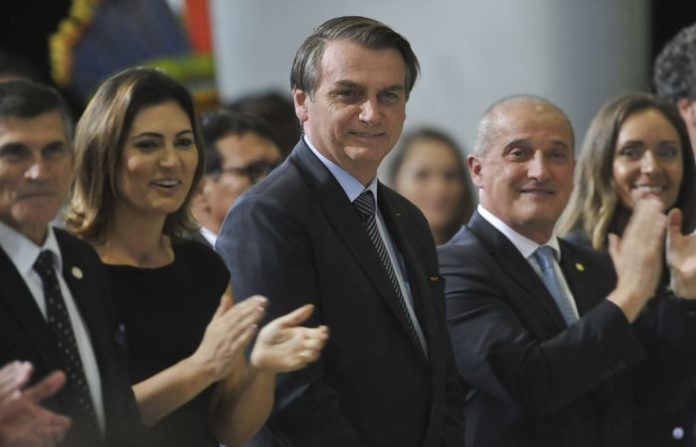 O presidente Jair Bolsonaro, acompanhado da primeira-dama Michelle Bolsonaro, assiste a apresentação de cantata de Páscoa.