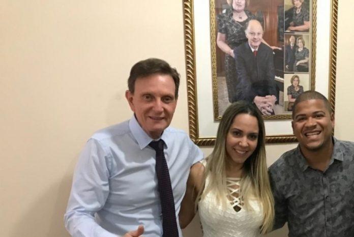Mulher Melão e DJ Timotinho ao lado do prefeito do RJ Marcelo Crivella Foto: Reprodução
