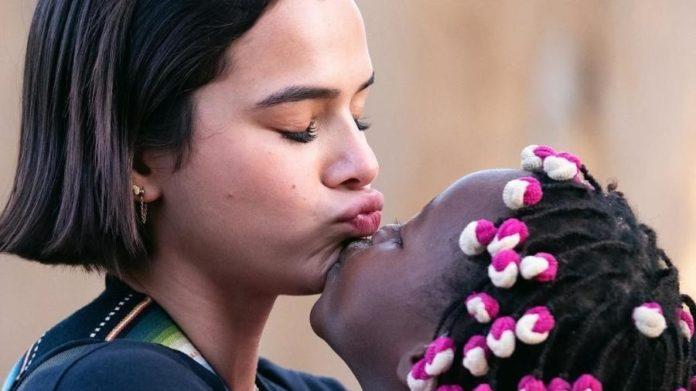 Bruna Marquezine se diverte com crianças em viagem missionária na África