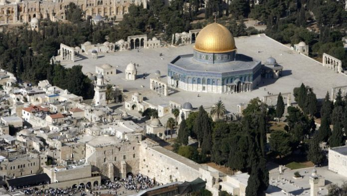 Esplanada das Mesquitas, terceiro lugar sagrado do Islã e o lugar mais sagrado para os judeus, que o chamam de Monte do Templo