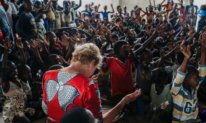 Missionária Heidi Baker em momento de oração com crianças em Moçambique. (Foto: Facebook/Heidi Baker)