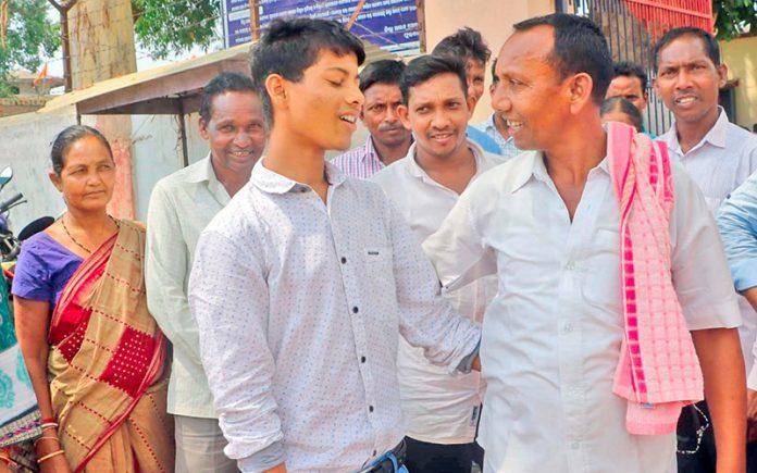 Familiares e amigos de Chalanseth o recebem emocionados na saída da prisão, após 10 anos de cativeiro. Foto: Anto Akkara
