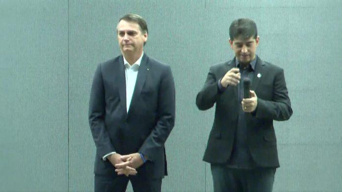 Presidente Jair Bolsonaro ao lado do pastor da Igreja Atitude, na manhã deste domingo (26) — Foto: Reprodução / TV Globo