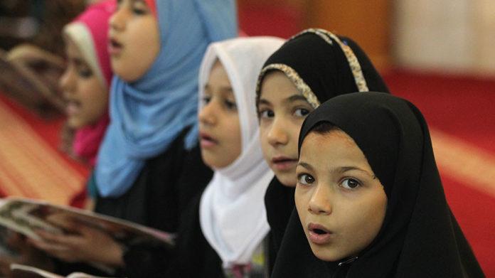 Crianças usando véu islâmico