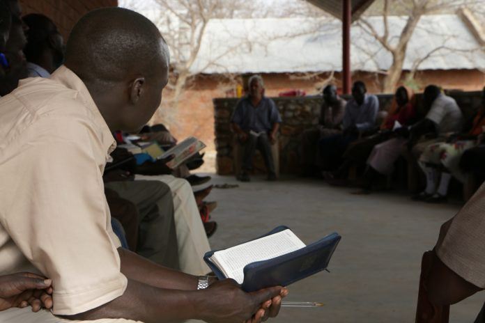 Cristãos lendo a Bíblia na África