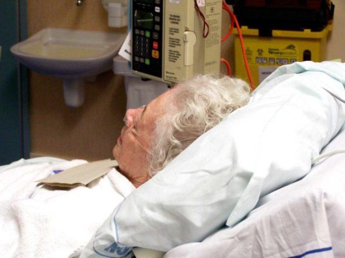 Idosa internada no hospital